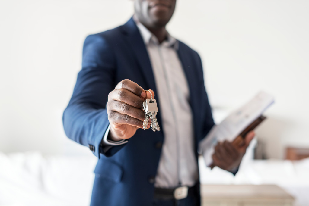 realtor holding house keys